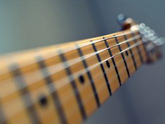 guitar-102708_640